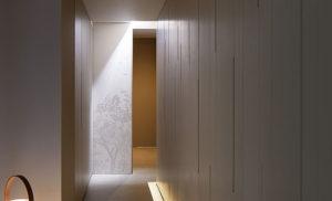 美里歯科の入り口から廊下へ