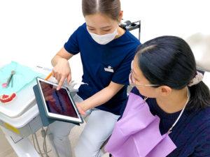 美里歯科の1年メンテナンス・コンサルテーションでのタブレット説明